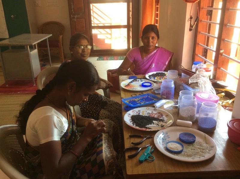 Unsere jungen Witwen fertigen Perlarmbänder und tauschen Erfahrungen aus.