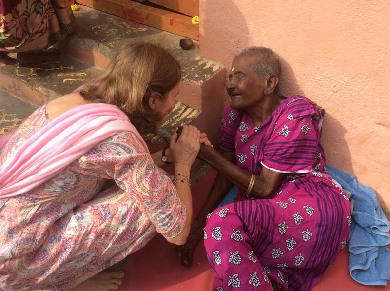 Ghandhimathi sitzt zum ersten Mal in der Morgensonne.